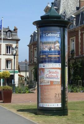 Colonne d'affichage publicitaire : double étages
